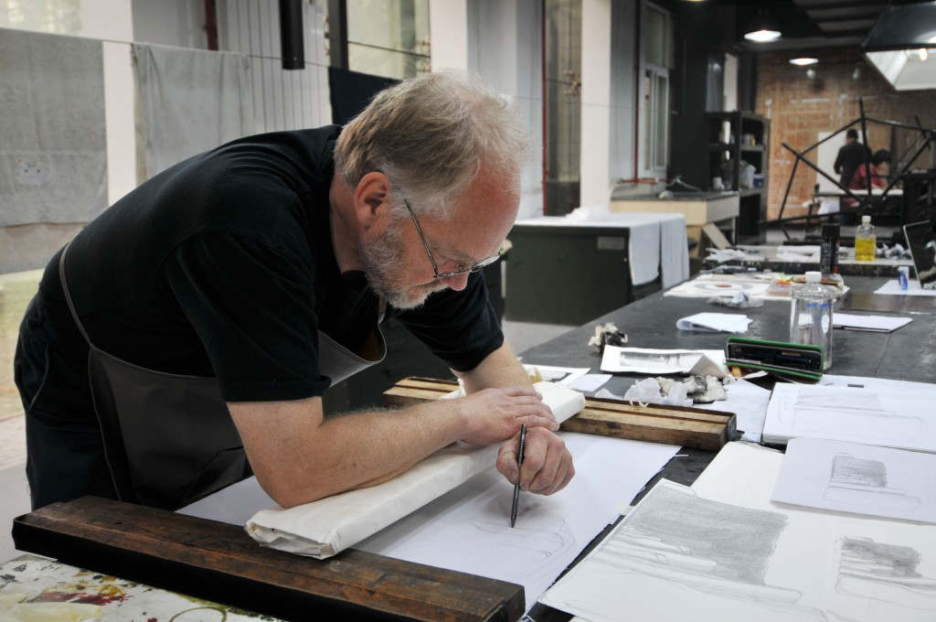 Printmaker Martin Due at work in Xian Art Academy in 2010_foto-Wu Shunong